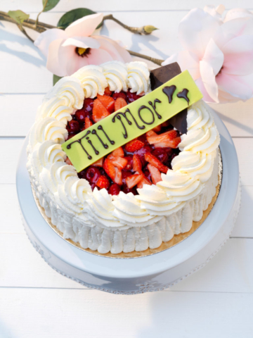 A motehersday cake with strawberries